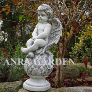 Figura aniołka siedzącego na kuli