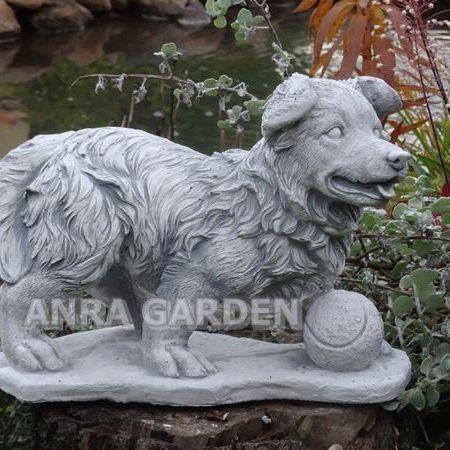 Figura betonowa psa z piłką