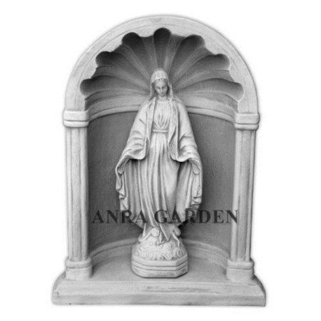 Ołtarz z figurą Matki Boskiej
