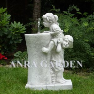 Fontanna ogrodowa – dzieci na barana